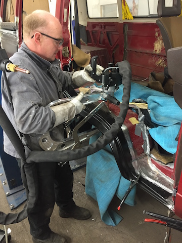 VW Bus Restauration per Punktschweissverfahren