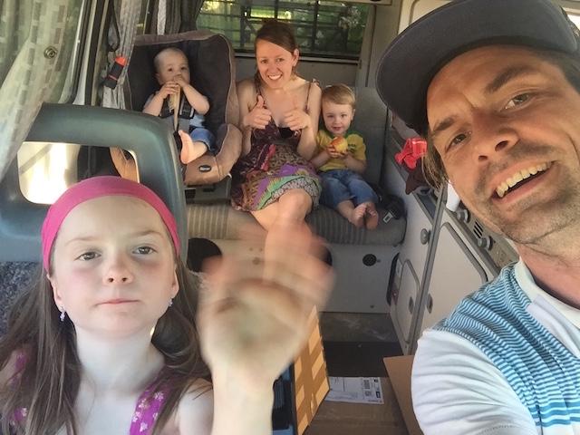 BusChecker und Familie im VW Bus