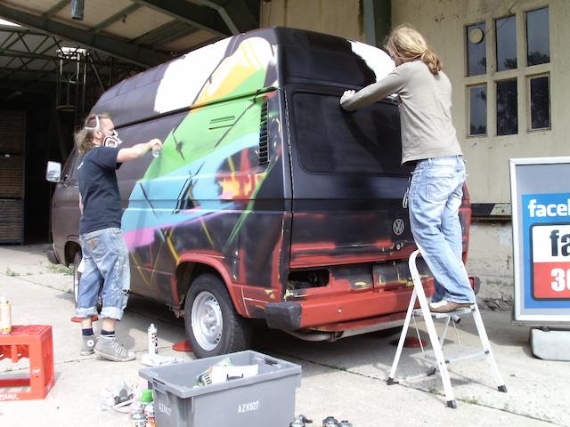VW Bus T3 graffiti während des paint jobs