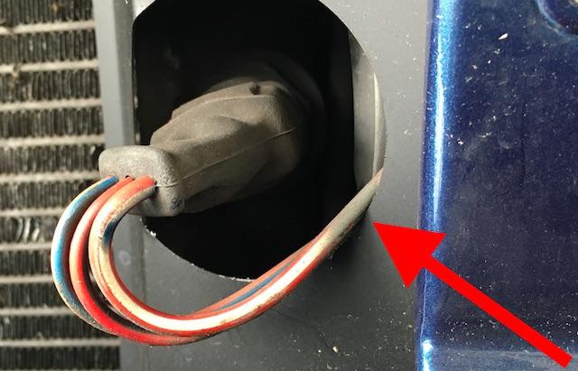 T3 Kabelfuehrung Motorluefter scharfe Kante Nahaufnahme