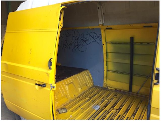 T3 Postbus vor dem Ausbau innen Blick durch Schiebetür nach hinten