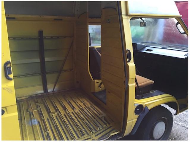 T3 Postbus vor dem Ausbau innen Blick durch Schiebetür nach vorne