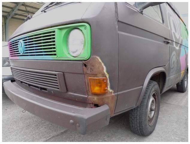 T3 Themenbus Fotobus mit belassenem Rosteffekt vorne links aussen