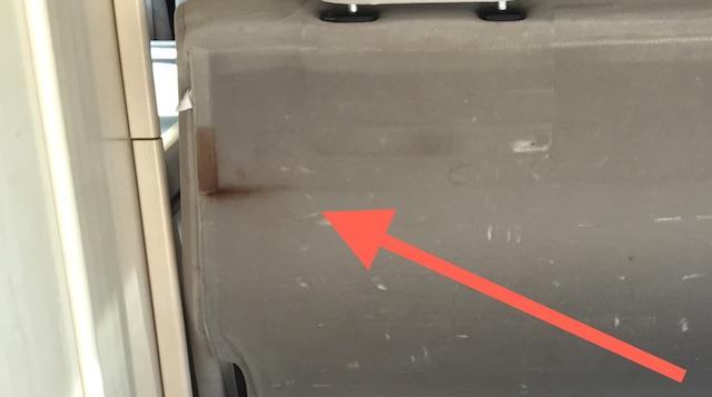 VW Bus T4 beige Sitzbank hinten Rostflecken von Auflage Bettkasten Nahaufnahme