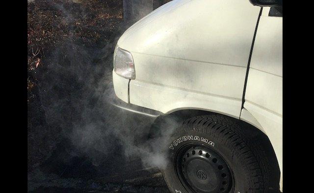 VW Bus raucht aus Kotfluegel links