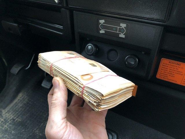 10000 Euro Stapel VW Bus kaufen Bargeld