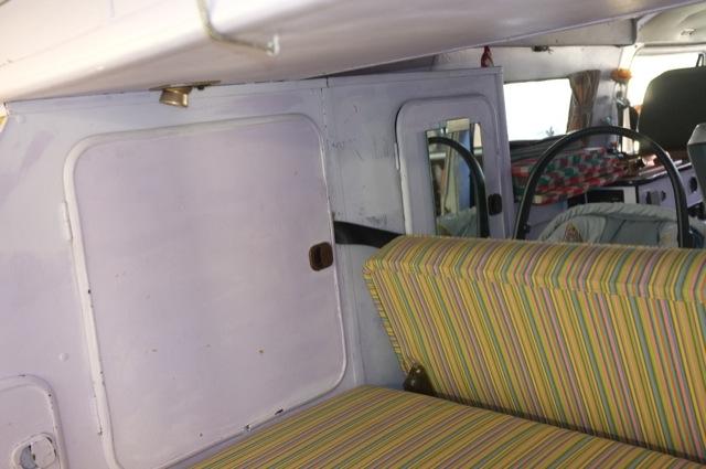 VW Bus T3 Camper Gurt durch Wandschrank hinten legen