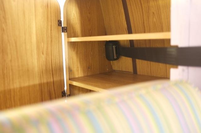 T3 Eigenbau Camper Gurt hinten Im Schrank verbaut Nahaufnahme