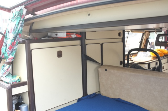 VW Bus T3 HochDachCamper Carthago hinten Dreipunktgurte durch den Schrank durchgeführt