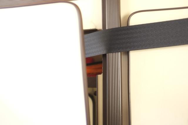 VW Bus T3 HochDachCamper Carthago hinten Dreipunktgurte durch den Schrank durchgeführt Nahaufnahme Schranktür leicht offen