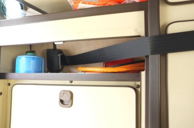 Carthago VW Bus T3 Camper hinten Dreipunktgurte durch den Schrank durchgeführt Nahaufnahme Schranktür offen