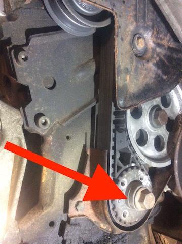 T3 Diesel Motor CS erste Serie altes Zahnriemenrad und alte Zahnriemenabdeckung mit Hinweispfeil