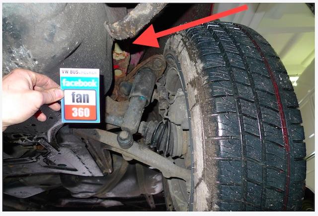 T4 Federbeinaufnahme Vorderachse links aus der Karosse gerissen FAN360 VW BusCheck Blick von vorne 01 2014