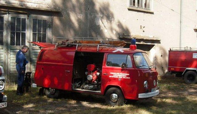 Tragkraftspritze im Feuerwehrbus T2 zwei Volkswagen Boxer Motoren in einem VW Bus