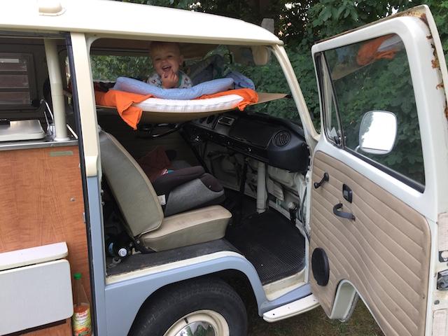 VW Bus Bett über den Sitzen vorne
