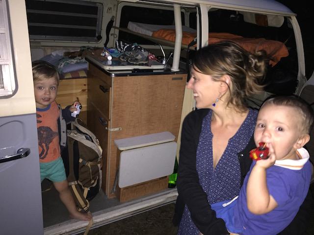 campieren im vw bus t2 flachdachcamper mit 4 personen. Black Bedroom Furniture Sets. Home Design Ideas