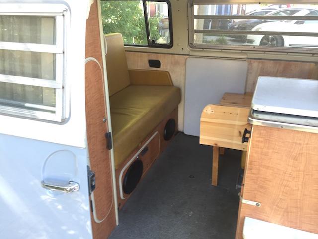 VW Bus T2 mit Zusatzkinderbett im Fahrbetrieb