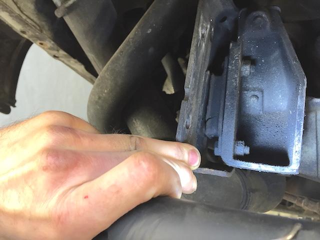 VW Bus T3 Auspuffgummis links angerissen