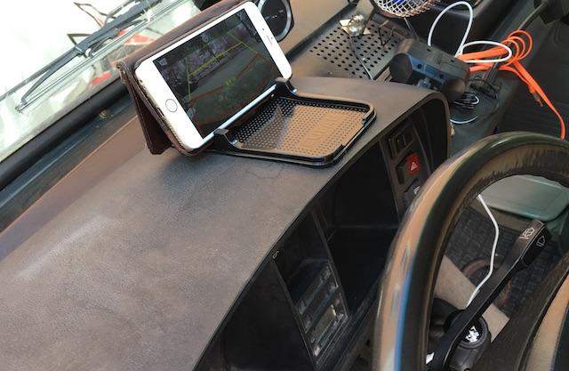 Halter Smartphone per rutschfester Unterlage im VW Bus T3