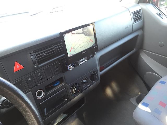 Radio mit grossem Display in kleinem EInbauschacht VW Bus