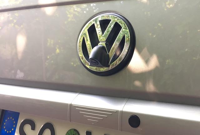 Rueckfahrhilfe VW Bus nachruesten im VW Zeichen Nahaufnahme