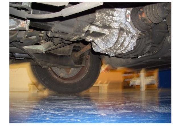 VW Bus T3 LLE Getriebe & Motor Öldicht Foto unterhalb lange Standzeiten draussen zu erkennen
