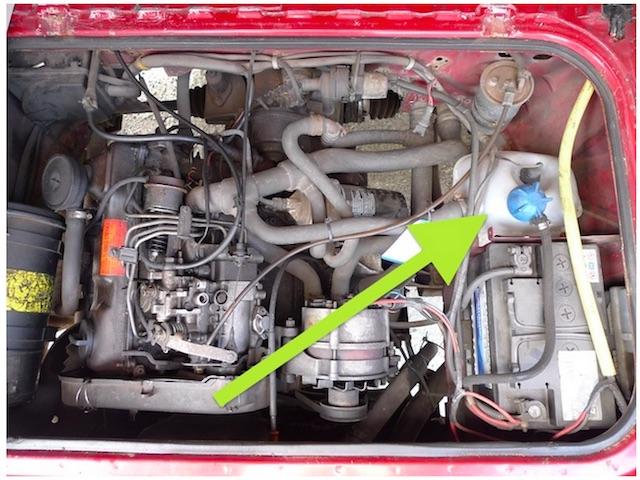 VW Bus T3 Kühlmittelhauptbehälter im Motorraum rechts vor der Batterie beim Dieselmotor