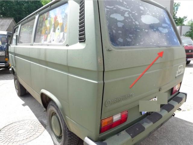 VW Bus T3 Nato mit leichtem Rost an der Heckscheibe