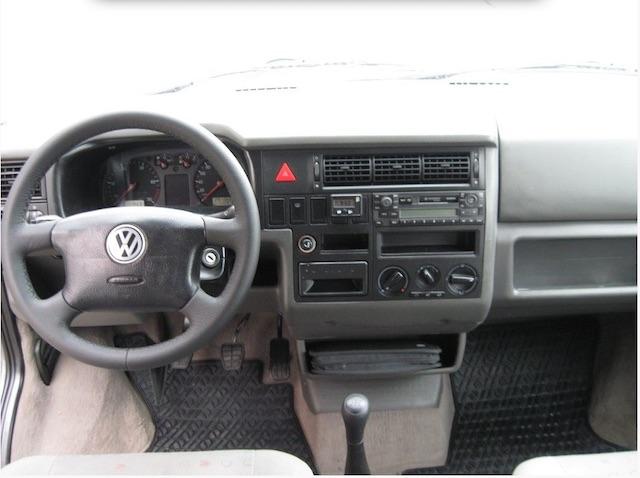 VW Bus T4 Serie 2 mit neuem Lenkrad und neuem Schaltknauf geben zu denken