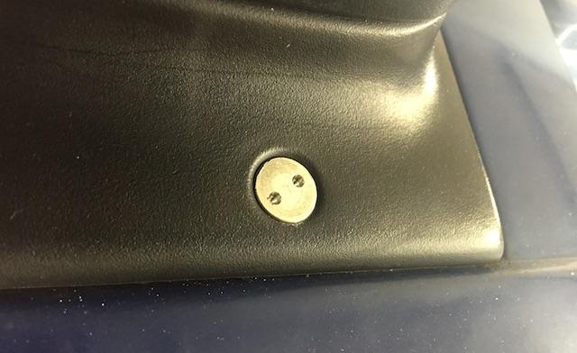 VW Bus T4 Spiegel gegen Diebstahl sichern mit speziellen Schrauben Nahaufnahme