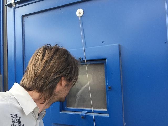 Blick durch das Schaufenster in die Strahlkabine mit dem BusChecker