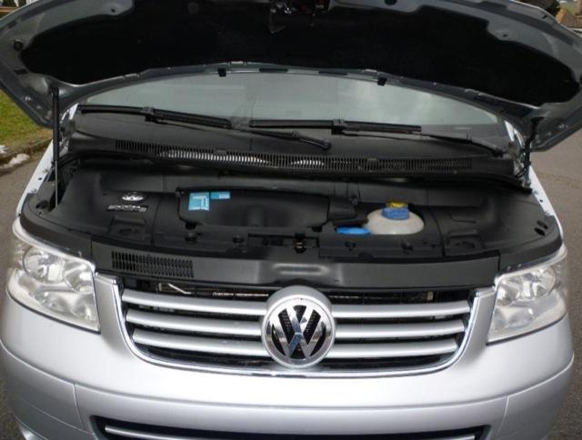 VW Bus T5 Multivan geöffnete Motorhaube