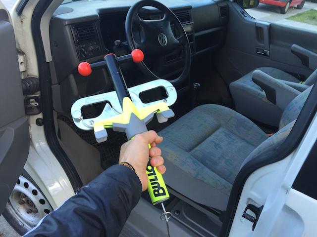 VW Bus Pedalsperre im Test beim Bus Checker