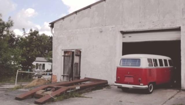 VW Bus T1 Scheunenfund ausparken nach der Entdeckung durch den VW BusChecker FAN360