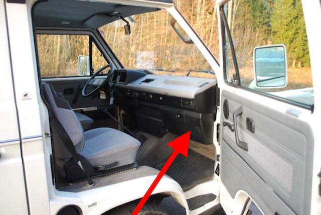 VW Bus T3 Atlantik Rost am Scheibenrahmen hinter Handschuhfach