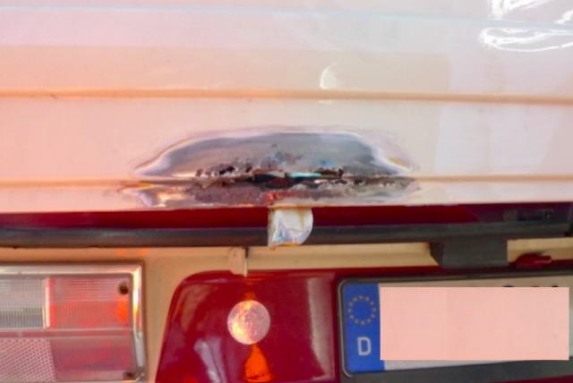 VW Bus T3 Heckklappe vor einem Jahr restauriert Nahaufnahme nach Rostentfernung