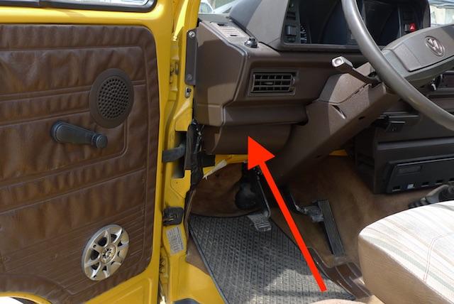 VW Bus T3 Scheibenrahmen von Innen auf Rost oder Ausbesserungen überprüfen Seite Sicherungskasten
