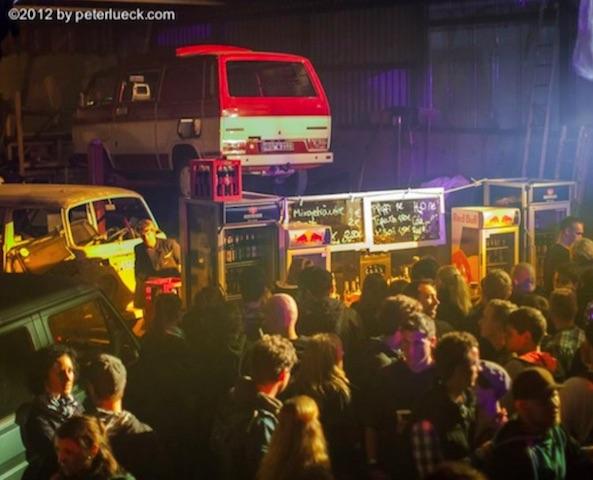 VW Bus T3 fliegt auf der Monster Peng Veranstaltung
