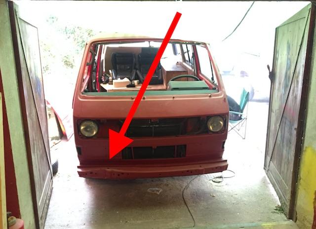 VW Bus T3 mit starker Beschädigung des Prallelementes in der Front rechts