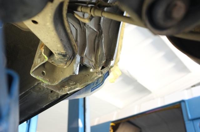 Aufnahme Querlenker hinten rechts diverse Anrostungen per Sandstrahl entfernt Blick in Fahrtrichtung