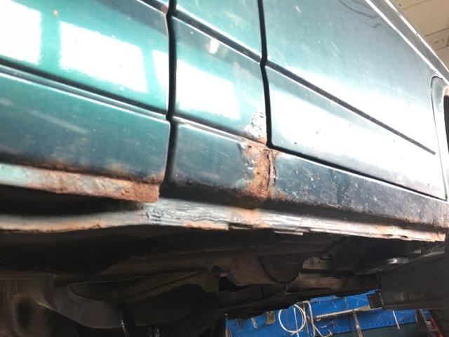VW Bus T4 Radlauf starker Rostbefal zur Tuer Beifahrer hin am Schweller