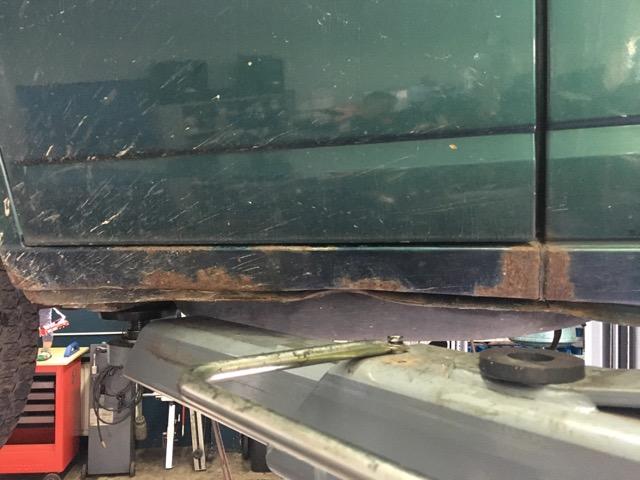 VW Bus T4 Schweller vorne rechts unterhalb beschaedigt starker Rost