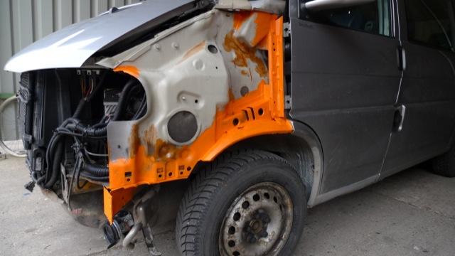 VW Bus T4 hinter Kotfluegeln vorne entrostet und grundiert