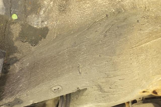 Struktur des Unterbodenschutzes ab Werk sieht eher gespritzt aus