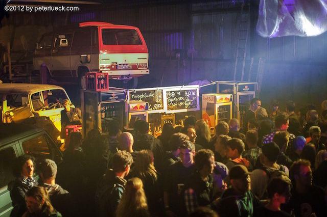 VW Bus T3 schwebt über der Party crowd