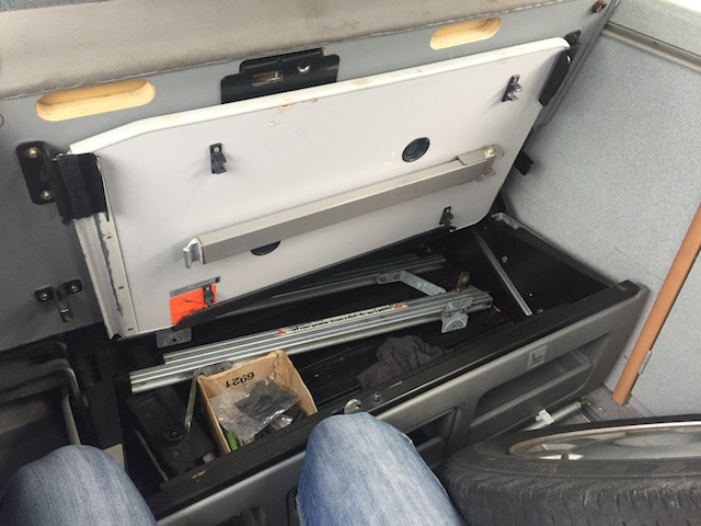 VW Bus T4 Calicornia Coach Klapptisch im Stauraum unter Sitzfläche Rückbank eingehängt