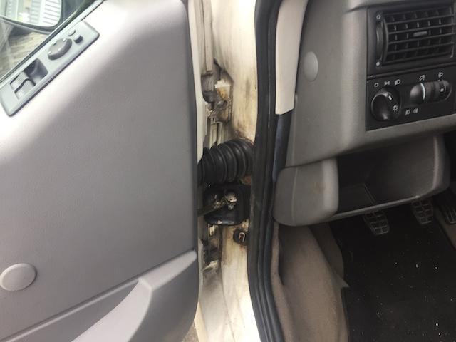 VW Bus T4 Kabeldurchführung an den vorderen Türanschlägen durchrostet