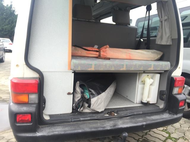 VW Bus T4 Stauraum unter der Liegeflächenverlängerung im Kofferraum