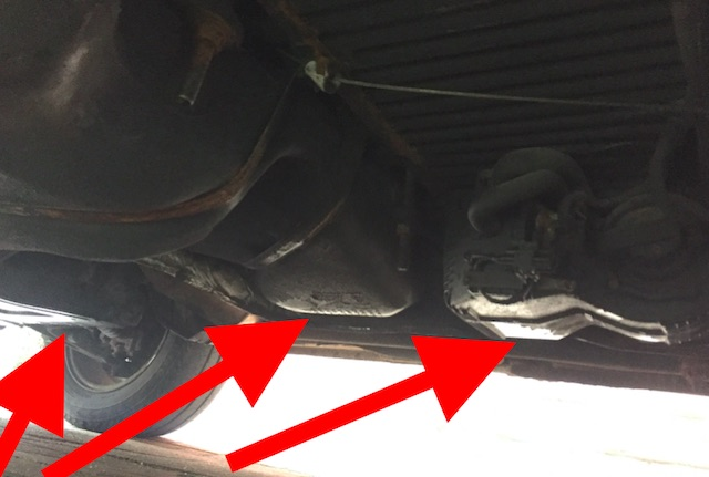 VW Bus T4 Unterboden nass und mehr als oelfeucht