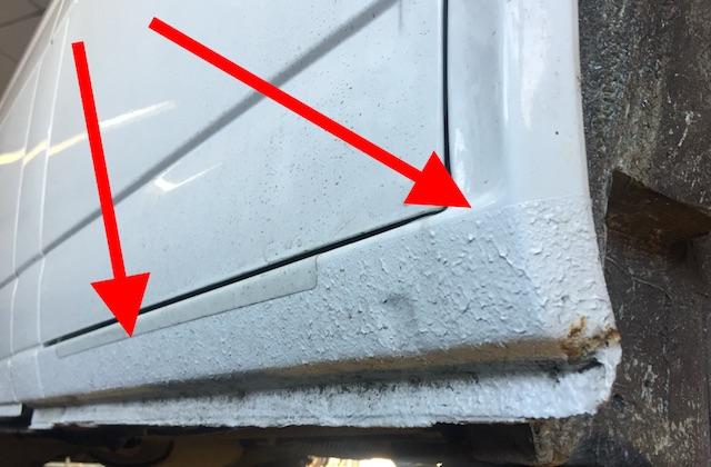 VW Bus T4 mit manipuliertem Steinschlagschutz um Rost zu verbergen